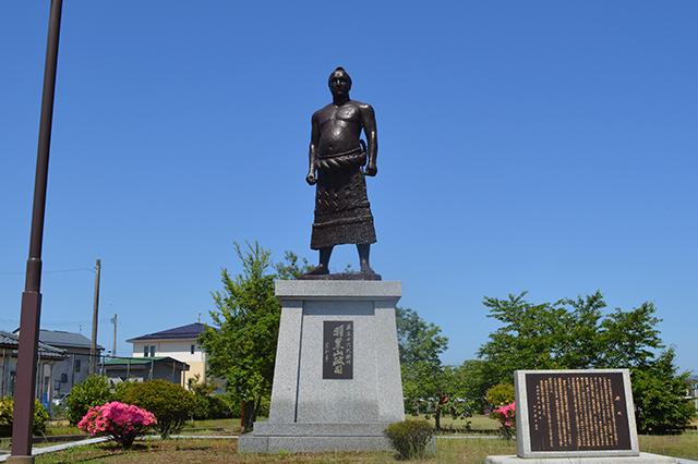 第36代横綱羽黒山銅像